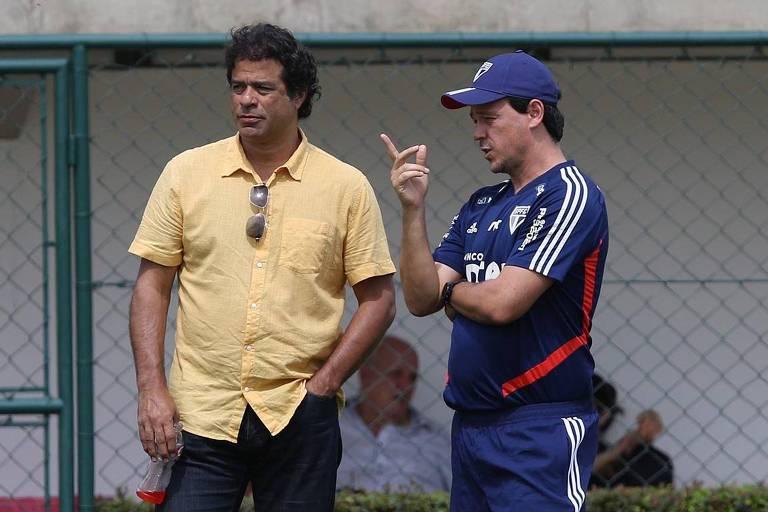 Raí (à esq.) e o técnico Fernando Diniz conversam durante treino do São Paulo