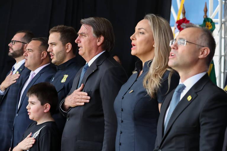 Jair Bolsonaro, ao centro, com a mão no peito, durante execução do hino nacional em formatura de curso de formação policial em Florianópolis