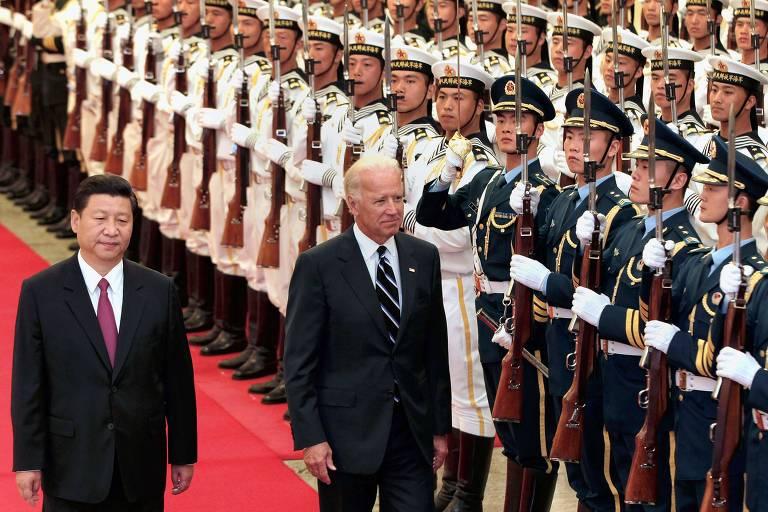 Xi Jinping, à esq., à época vice-líder da China, ao lado de Joe Biden, durante visita do estão vice-presidente dos EUA a Pequim