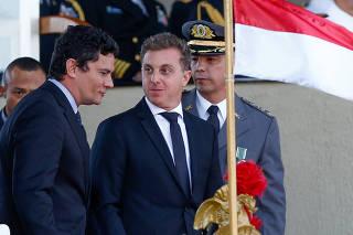 Sérgio Moro e Luciano Huck em solenidade pelo Dia do Exército