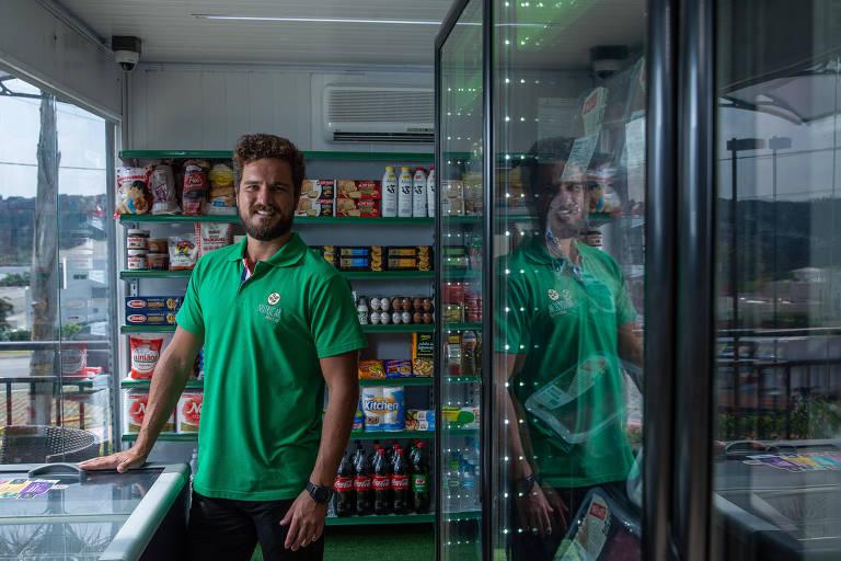 O empresário Bernardo Fernandes em loja da Nutricar instalada dentro de um contêiner num condomínio de casas  em Jandira (SP)