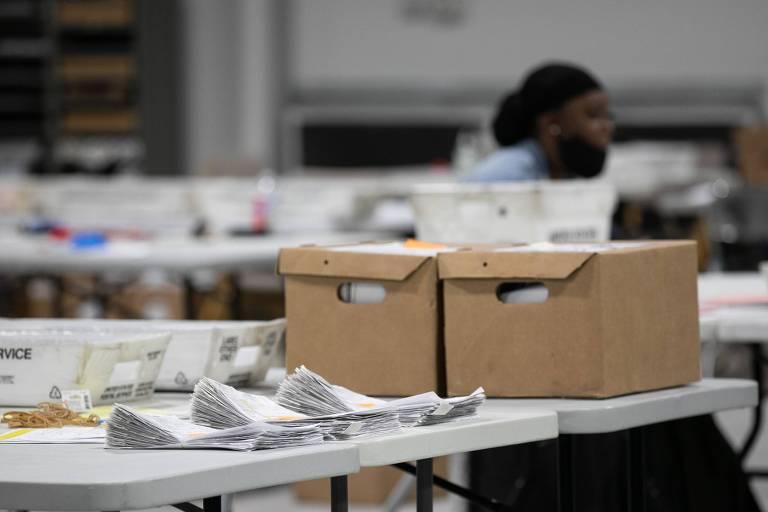 Cédulas são separadas para contagem em Lawrenceville, na Geórgia
