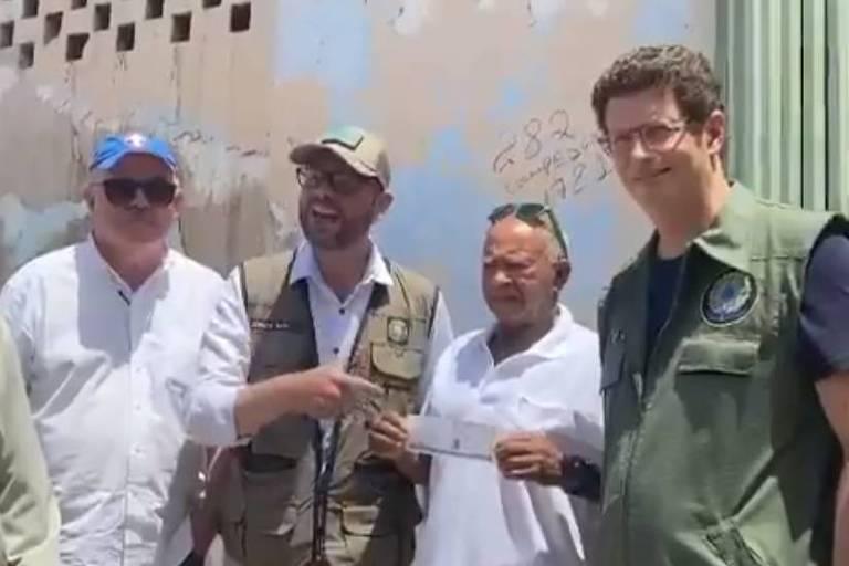 seis pessoas enfileiradas diante de uma parede