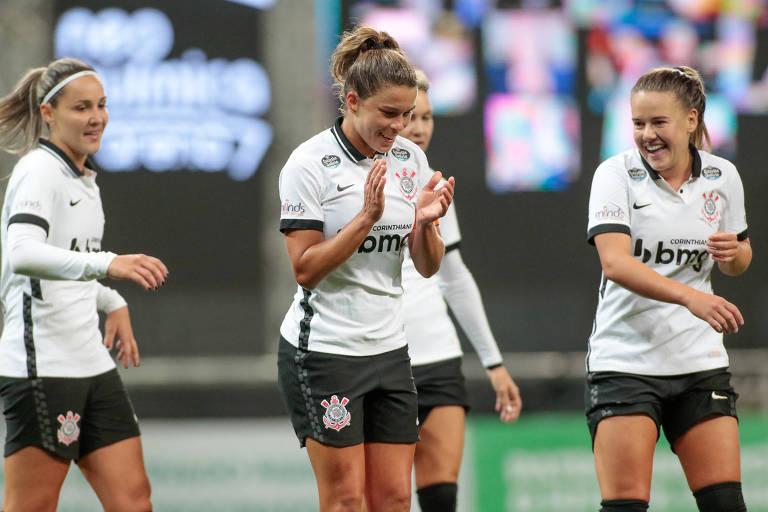 Tamires (centro), do Corinthians, vibra ao marcar contra o Grêmio