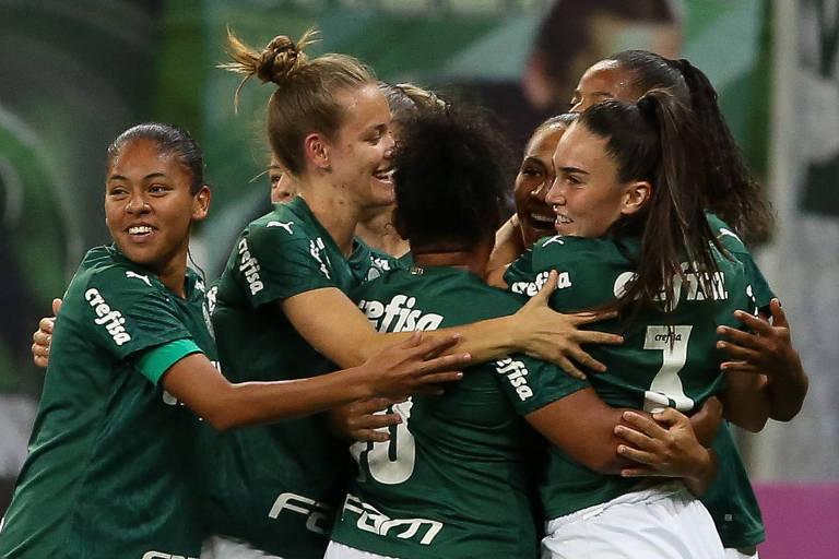 Jogadoras do Palmeiras comemoram gol contra a Ferroviária, pelas quartas de final do Campeonato Brasileiro Feminino, no Allianz Parque