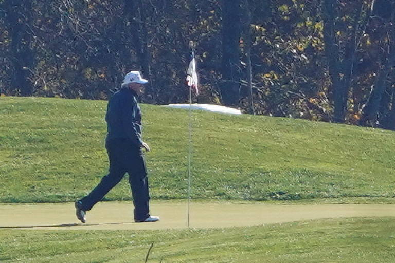 Na Virgínia, o presidente Donald Trump joga golfe no momento do anúncio da vitória de Biden