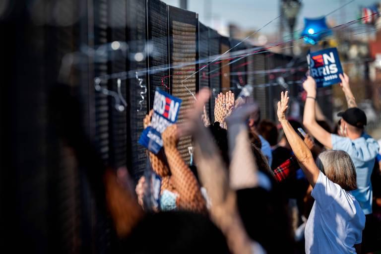 Apoiadores de Joe Biden comemoram do lado de fora do Chase Center, em Wilmington, no estado de Delaware, onde o demorata discursará pela primeira vez como presidente eleito