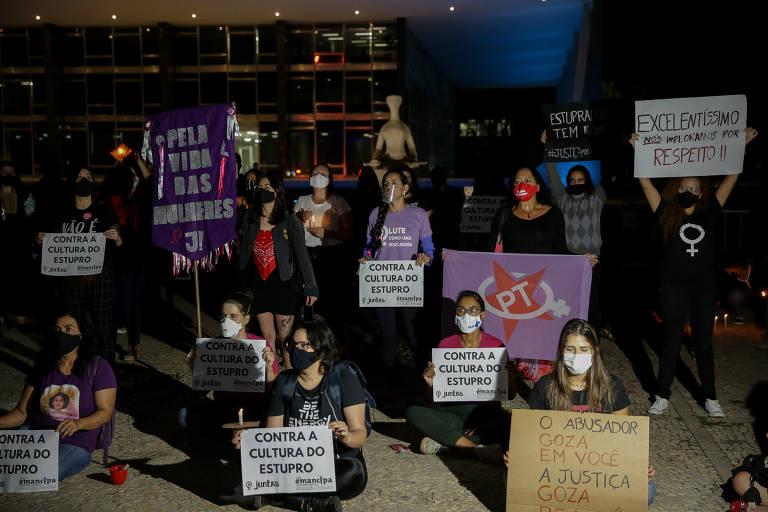 Mulheres integrantes de movimentos sociais fazem manifestação por justiça no caso Mariana Ferrer
