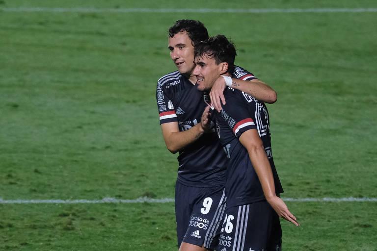 Igor Gomes é abraçado por Pablo durante comemoração de gol do São Paulo contra o Goiás