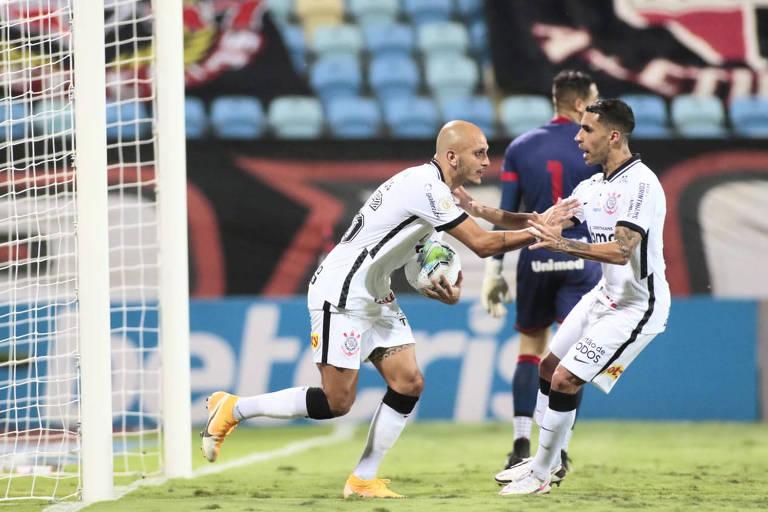 Fábio Santos jogador do Corinthians comemora seu gol com jogadores do seu time durante partida contra o Atlético-GO no estádio Olímpico pelo Brasileirão