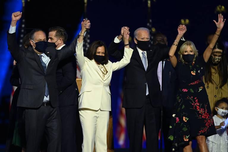 O candidato democrata à presidência dos Estados Unidos Joe Biden, sua esposa Jill, a candidata à vice-presidência Kamala Harris e seu marido Doug comemoram vitória durante comício em Wilmington, no estado de Delaware