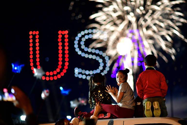 Apoiadores de Joe Biden assistem a fogos de artifício em festa de celebração da vitória na eleição, em Wilmington