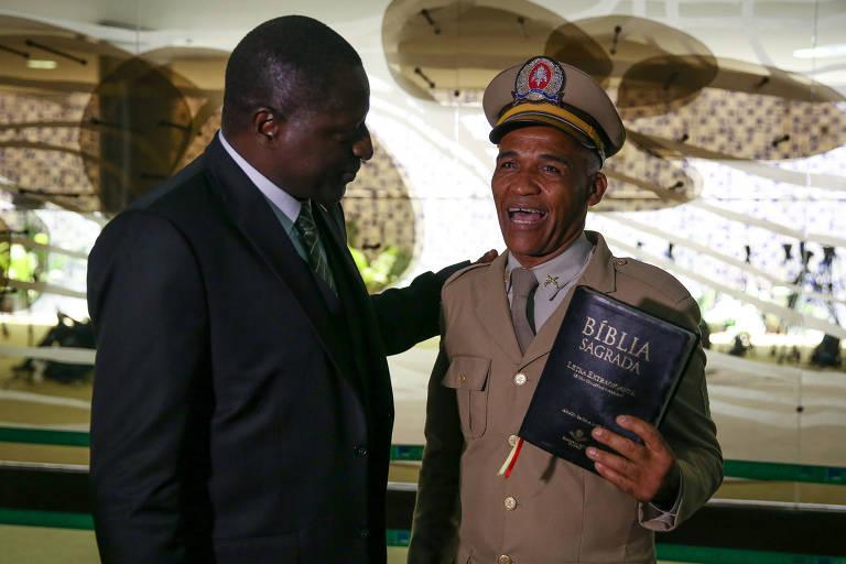 O deputado federal Pastor Sargento Isidório (Avante-BA), com uma Bíblia na mão; ele é candidato a prefeito de Salvador neste ano