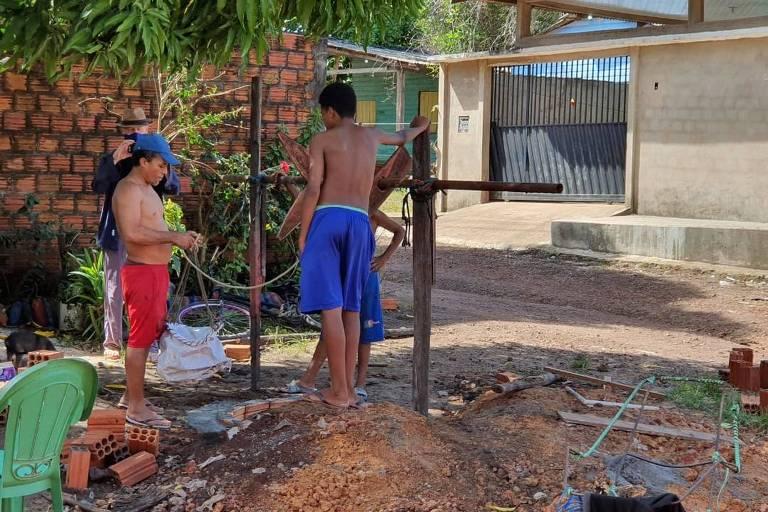 Sem água e energia há dias, morador cava poço em casa em Macapá