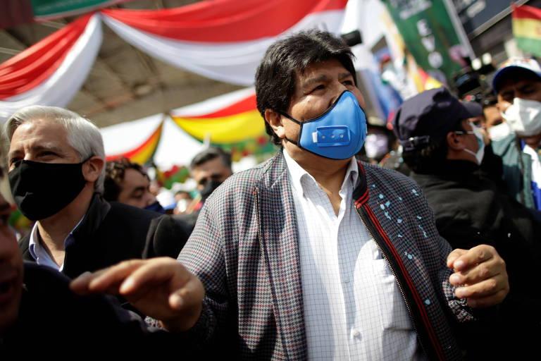 Ao lado do presidente da Argentina, Evo Morales cruza a fronteira e retorna à Bolívia