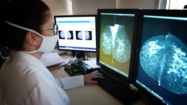 A médica radiologista Sílvia Sabino analisa mamografias na tela de um computador
