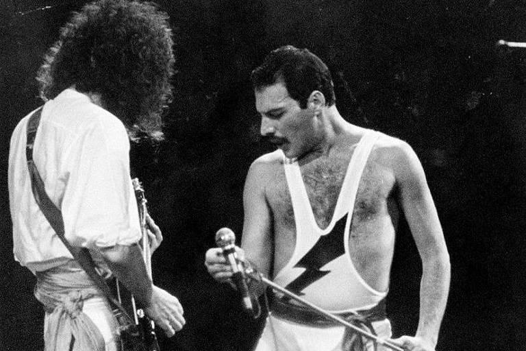 Dois homens em palco