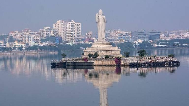 Conheça a história de Shiva, o homem que salva vidas no lago Hussain Sagar, no sul da Índia