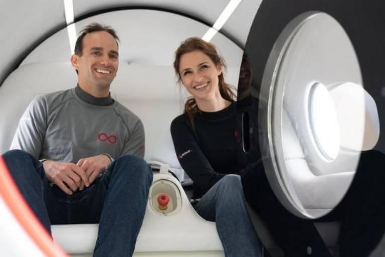 Passageiros do teste, Sara Luchian e Josh Giegel, que trabalham na Virgin Hyperloop, dentro de cápsula