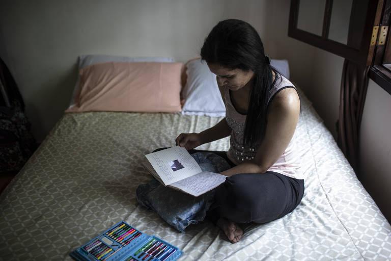 Francis segura o diário onde escreveu suas experiências em meio à pandemia em São Paulo