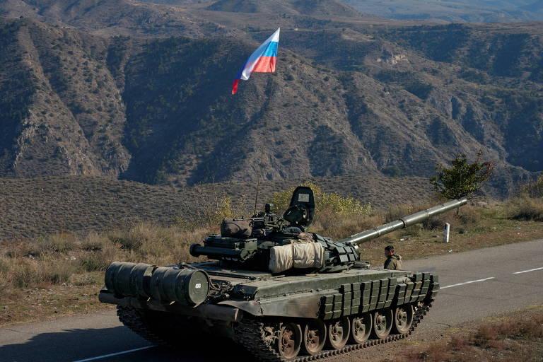 Tanque russo que integrará a força de paz de Nagorno-Karabakh se aproxima da fronteira da Armênia