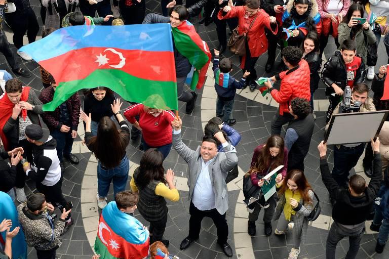 Azeris celebram o que consideram a vitória sobre a Armênia nas ruas de sua capital, Baku