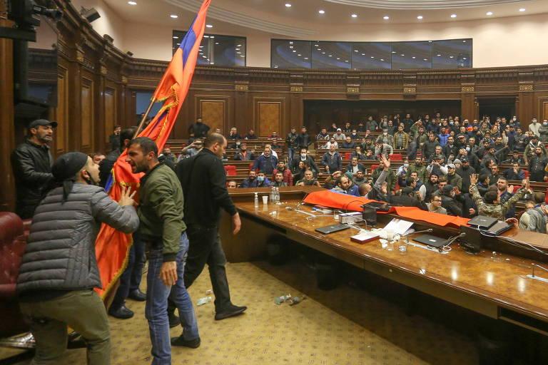Manifestantes discutem após invadir plenário do Parlamento da Armênia para protestar contra o acordo de paz
