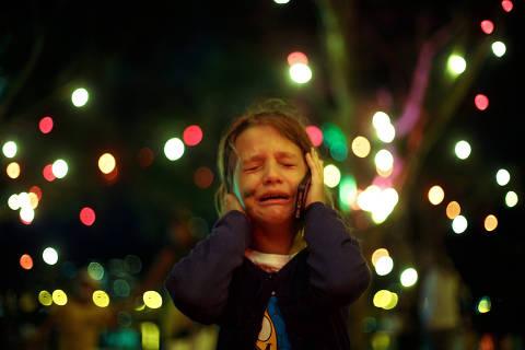 RIO DE JANEIRO, RJ, BRASIL, 08-07-2014: Futebol - Copa do Mundo, 2014: a criança Valentina, filha de mãe brasileira e pai alemão, chorando e ligando para sua avó materna, durante o jogo da Seleção Brasileira contra a Seleção da Alemanha, válido pela semifinal da Copa do Mundo de 2014, no Rio de Janeiro (RJ). Crianças sofrem com a derrota da Copa de suas vidas, e psicólogos dizem que passar pela tristeza pode ser bom. (Foto: Daniel Marenco/Folhapress)
