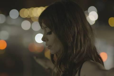 Cena do filme 'Eu Sinto Muito', que m aostra a trajetória do cineasta Júlio (Rocco Pitanga) na produção de um documentário sobre o transtorno de personalidade Borderline