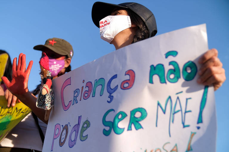 Militantes ligadas a grupos de defesa dos direitos das mulheres fazem em Brasília em protesto contra a cultura do estupro e contra a ministra Damares Alves após o caso da menina de dez anos