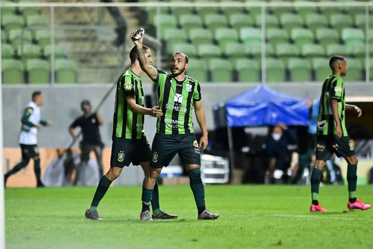 Rodolfo comemora gol do América diante do Corinthians