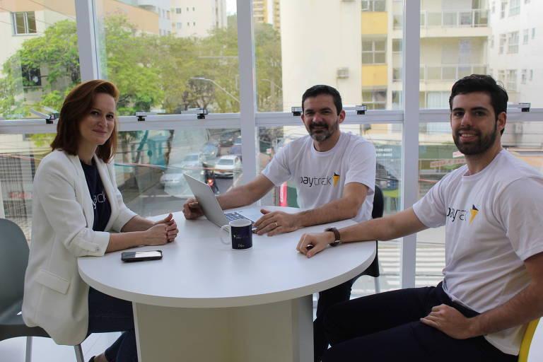 Daniele Amaro, presidente-executiva da Paytrack, ao lado do CTO, Edson Gonçalves, e do diretor comercial, Pedro Góes