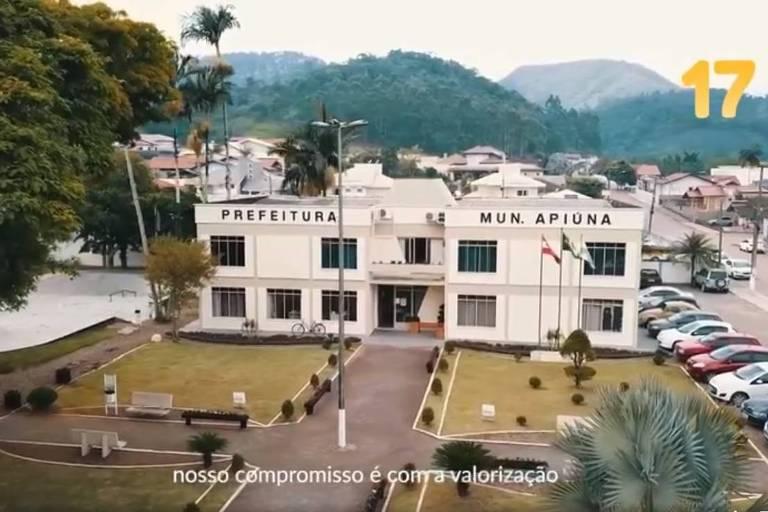 Imagem aérea de prédio da prefeitura de Apiúna (SC)