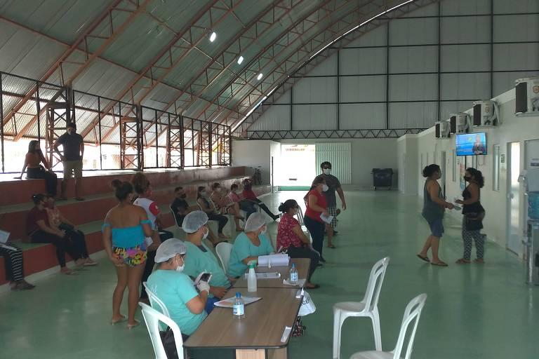 Atendimento a pacientes na UBS (Unidade Básica de Saúde) Santa Inês, improvisada num galpão de escola de samba na orla do Rio Amazonas