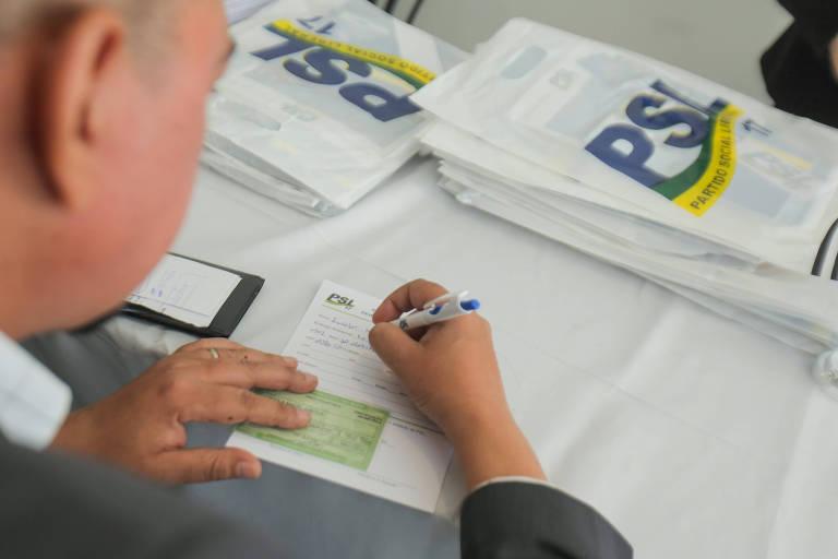 Eleitor assina ficha em evento de filiação do PSL, em 2019, em SP