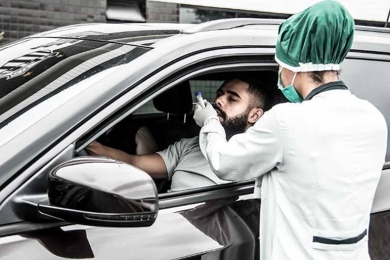 Felipe Jonatan faz teste de Covid-19 dentro do carro no estacionamento do CT do Santos