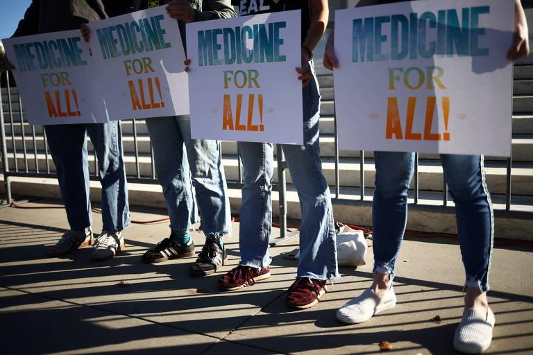 Grupo protesta em apoio a mais acesso a sistemas de saúde em frente à Suprema Corte, em Washington