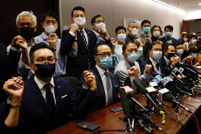 A bancada de deputados pró-democracia de Hong Kong durante a entrevista em que foi anunciada demissão coletiva
