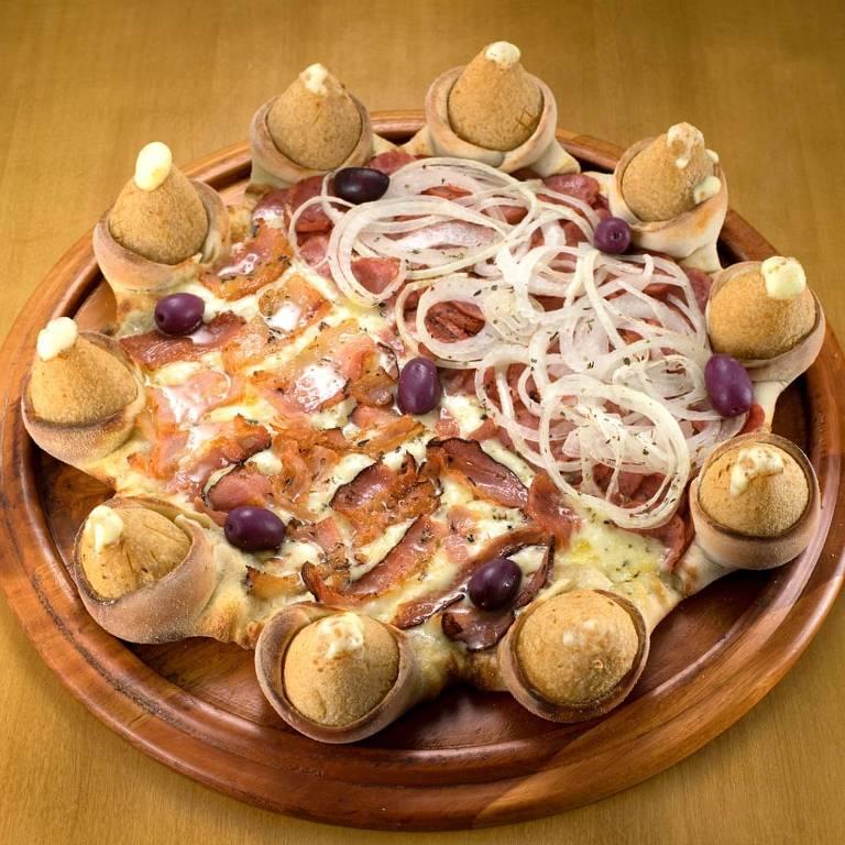 Pizza com borda de coxinha de frango com Catupiry é atração na pizzaria Nestor