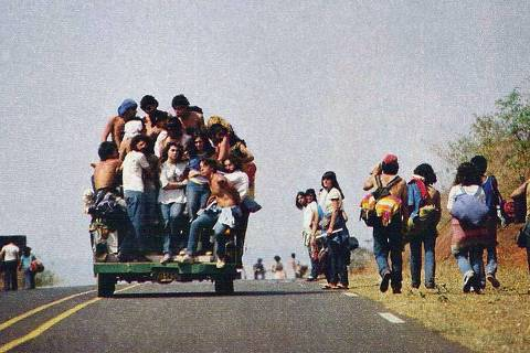 Jovens seguem em direção ao Festival de Águas Claras, em Iacanga (SP), no começo da década de 1980. (Foto: Reprodução) *** DIREITOS RESERVADOS. NÃO PUBLICAR SEM AUTORIZAÇÃO DO DETENTOR DOS DIREITOS AUTORAIS E DE IMAGEM ***