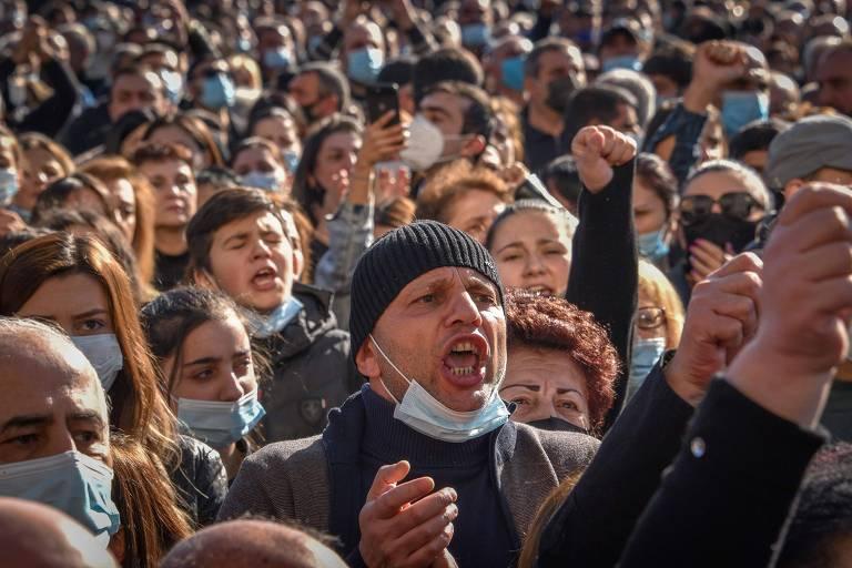 Manifestantes criticam o acordo de paz Armênia-Azerbaijão em ato no centro de Ierevan