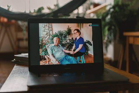São Paulo, SP, Brasil, 09-11-2020: Seminário Câncer. Elaine Cristina Valente, 45, farmacêutica e seu pai Antônio Valente Neto, 81, comerciante aposentado. (foto Gabriel Cabral/Folhapress)