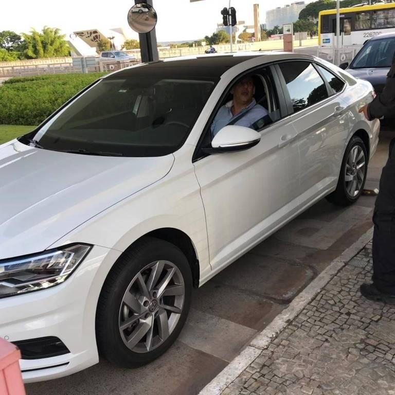 Advogado Frederick Wassef chegando ao Palácio do Planalto nesta terça-feira (10)