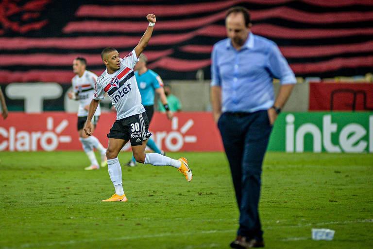 Brenner comemora gol do São Paulo enquanto Rogério Ceni sai cabisbaixo