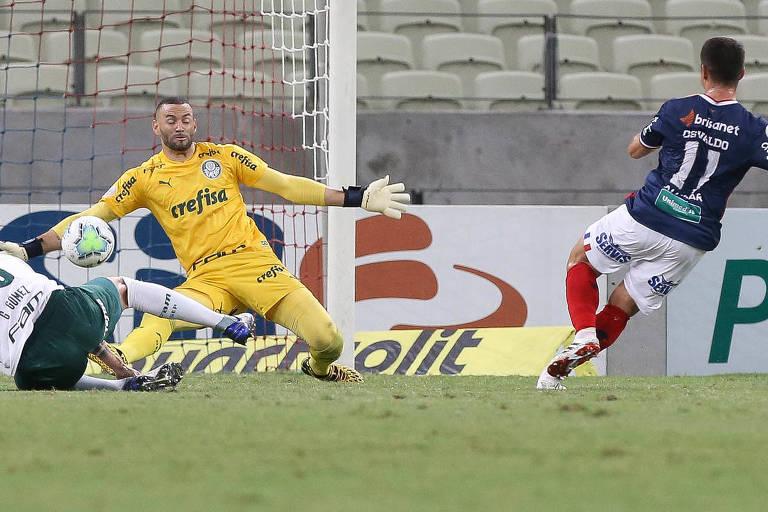 O goleiro Weverton tenta evitar gol do Fortaleza, na Arena Castelão, em partida da 17ª rodada do Brasileiro disputada às 20h30 de domingo (18)