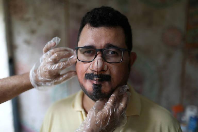 Wescley Menezes com máscara feita pelo artista plástico Jorge Roriz