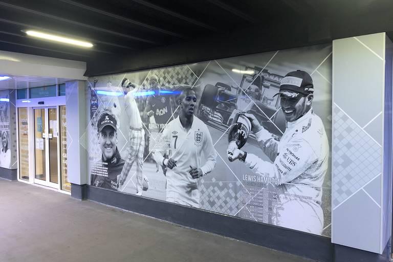 Saída da estação de trem de Stevenage tem fotos de atletas ilustres que nasceram na cidade, entre eles Lewis Hamilton