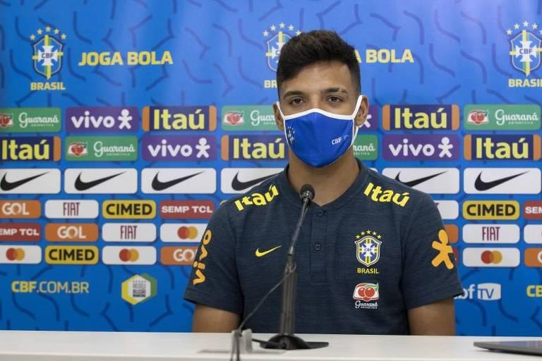 Gabriel Menino dá entrevista na seleção brasileira