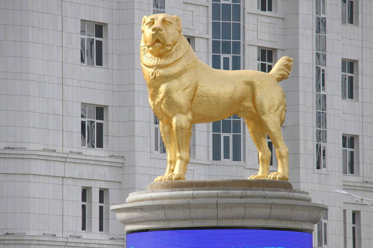 Estátua do cão da raça Alabai em Ashgabat, no Turcomenistão