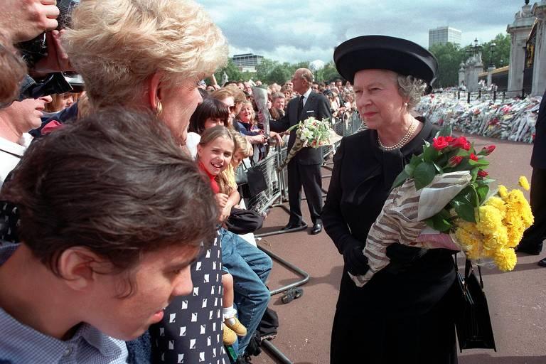 A Rainha Elizabeth II aceita flores dos enlutados após a morte de Diana, Princesa de Gales. 5 de setembro de 1997